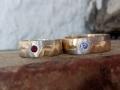 Förlovningsring-12-Tvåfärgade-matt-och-råfilat-blå-safir-och-röd-spinell