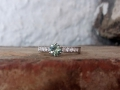 Förlovningsring-13-Vitguld-med-grön-safir-och-vita-diamanter