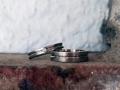 Förlovningsring-27-Sidenmatta-vitguldsringar-med-blank-skåra