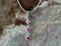 Halsband 11 - Vitguldshänge med safirer och rubin
